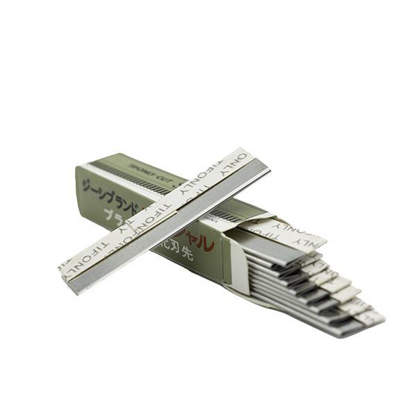 nożyk metalowy otwarte opakowanie z żyletką