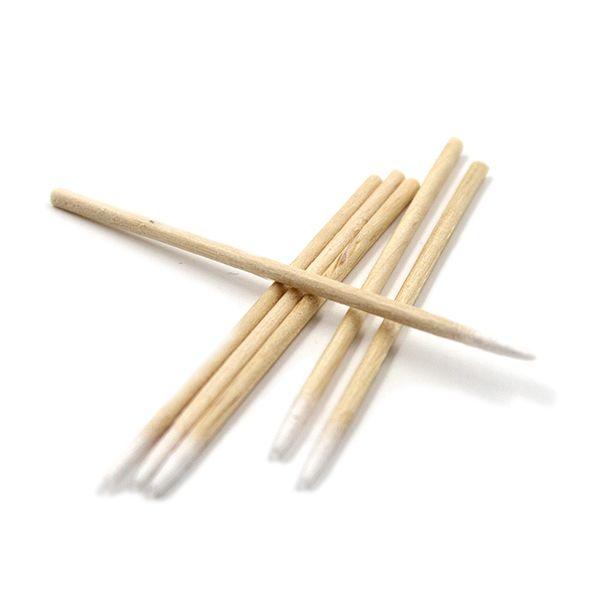 drewniane patyczki z watą nakońcu