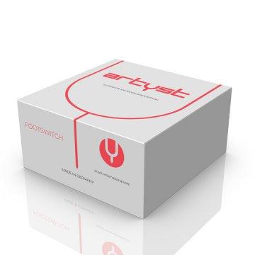 Białe pudełko z czerwonymi napisami iznaczkiem