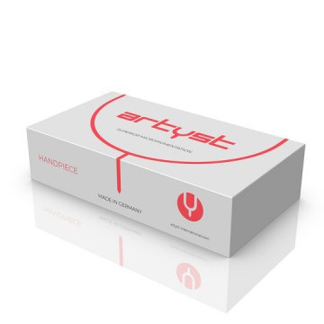 pudełko białe z czerwonymi napisami artyst