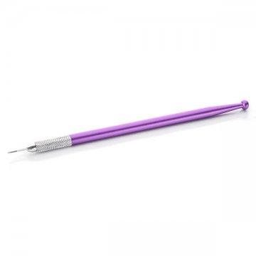 cienki, fioletowy pen dometody piórkowej z igłą nazdjęciu, promocja